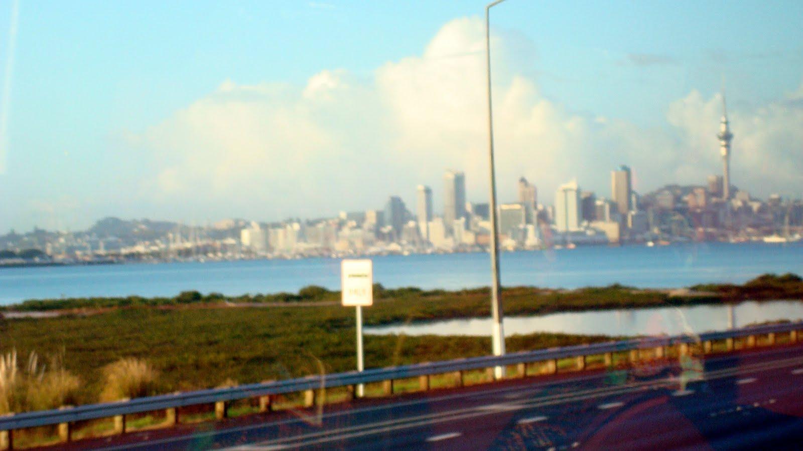 http://1.bp.blogspot.com/_R_7zh4rKj0Q/S95-puZC_ZI/AAAAAAAABKw/2cwSqKTRZMA/s1600/AucklandFromtheBus.jpg