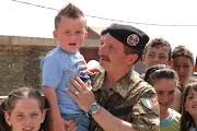 """I nostri militari """"Pinerolo"""" simpatizzano con la popolazione del Villaggio Italia in Kosovo."""