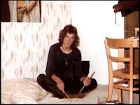 Neil em seu apartamento em Londres