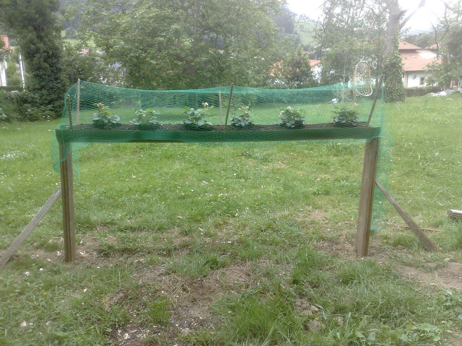 El huerto encantado jardinera casera para fresas - Jardineras de madera caseras ...