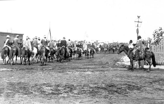 1903. Desfile de los Blancos bajo las órdenes de Saravia