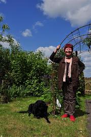 Mit meiner Hündin Paula im Garten