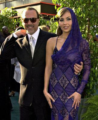 Tommy Mottola con lentes y Thalía