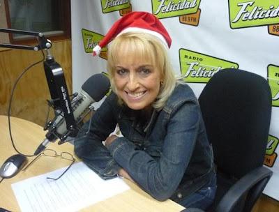 Regina Alcóver con gorro navideño en la radio