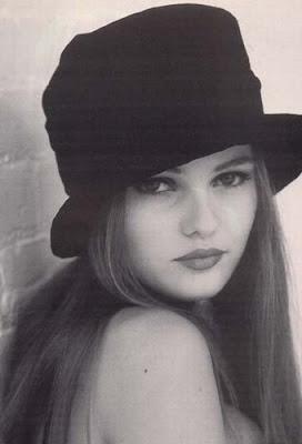 Vanessa Paradis de joven con sombrero