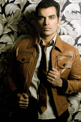 Tiberio Cruz con camisa, corbata y casaca de cuero
