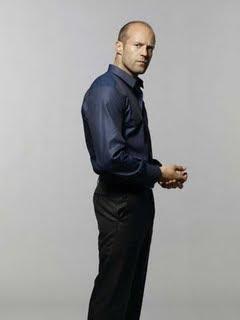 Jason Statham parado de perfil