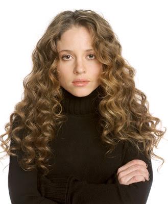 Margarita Levieva con cabello frizado y brazos cruzadas