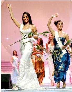Claudia Hernández saludando al público en certamen de belleza