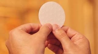 Las manos de un sacerdote consagrando