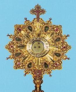 Foto de la Sagrada Forma donde se aprecian los tres orificios producidos por la bota