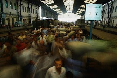 أتذكر العنوان ......... Commuters+in+Central+Station,+cairo+1+Sept+1992