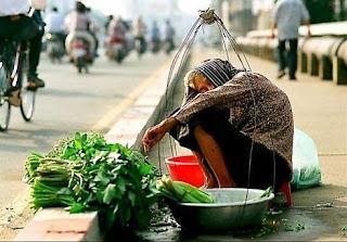 bà già bán rau