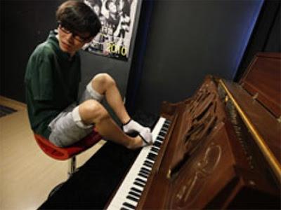 [Image: 95289_pianis-liu-wei--bermain-dengan-kakinya.jpg]