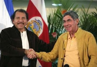 Nicaragua's President Daniel Ortega (L) shakes hands with Costa Rica's President Oscar Arias during a meeting in Managua March 14, 2008. REUTERS/Oswaldo Rivas