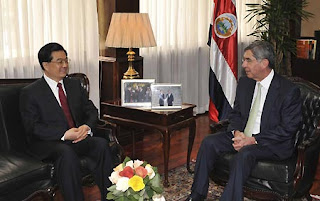 Hu Jintao meets with Oscar at the residence of the Costa Rican leader (Photo: Xinhua news agency)
