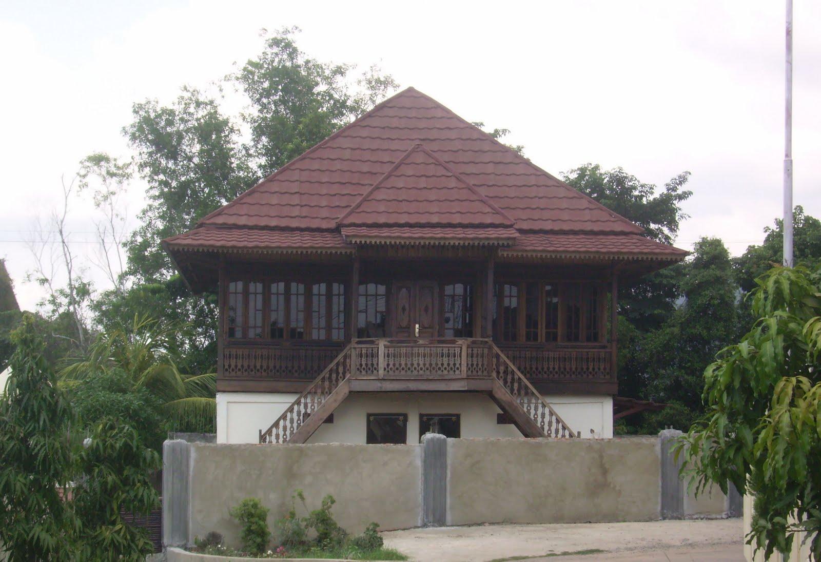 Rumah Kayu Diantara Rumah2 Beton