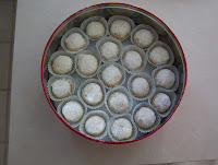 http://1.bp.blogspot.com/_S3EVkQHWMvg/TPUn5WgoY-I/AAAAAAAAAco/E-yVJEaYT0g/s200/JennyKales_snowballcookies.jpg