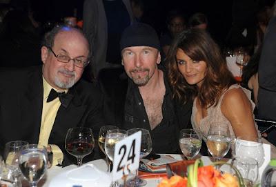 The Edge con el escritor Salman Rushdie y la modelo Helena Christensen