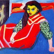 muchacha en sofá azul
