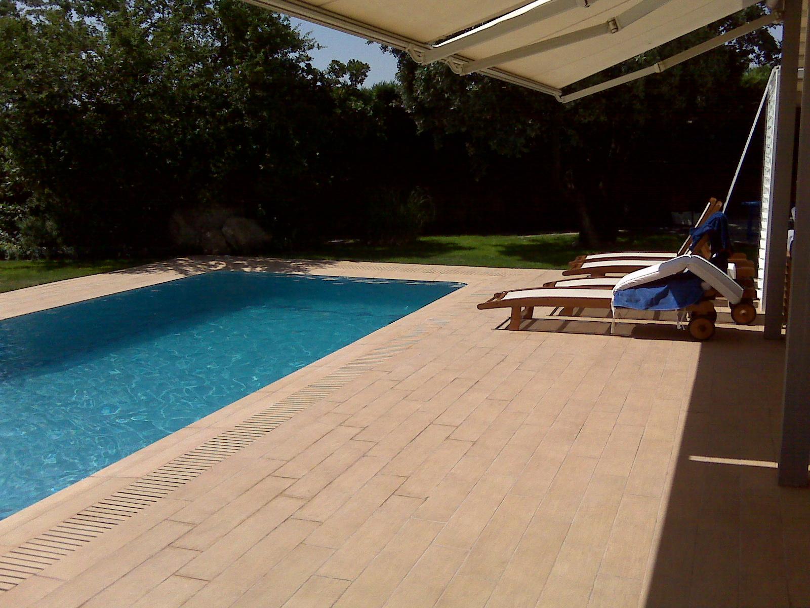 Rosa gres el sistema desbordante para piscina privada en for Gres de breda para piscinas