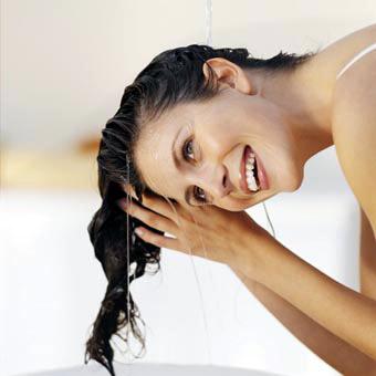 La máscara para los cabellos con el jugo del aloe y la miel y las vitaminas