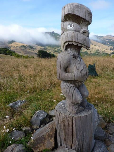 Encontrarte figuras talladas al andar por las montañas de Akaroa no tiene precio
