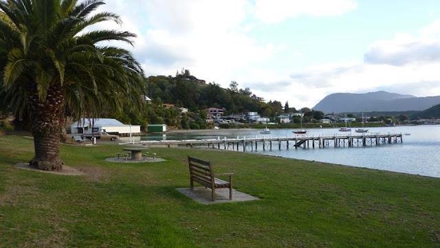En Picton hay muchos bancos donde poder sentarse para disfrutar de buenas vistas
