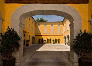 Il cortile del palazzo del XVII secolo misura 18 x 9 mt per un totale di 162 mq.