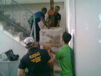 Pindahan Chubbsafes naik lantai 2 via tangga