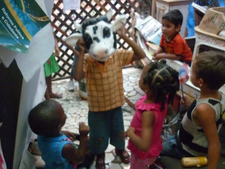 15/02/2010 - Crianças brincam na nossa Biblioteca Comunitária BArca das Letras 24 horas em Macapá