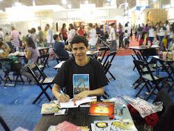 Danilo autografando seus livros