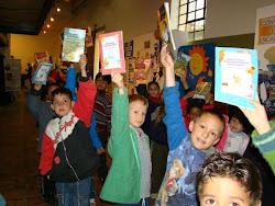 Crianças e jovens recebem um livro de Literatura Infanto Juvenil