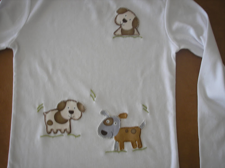 T-shirt com cães em arte aplicada