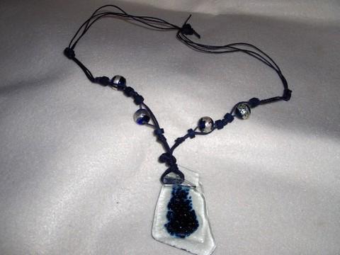 Colar em fusing, com fio azul e pedras.