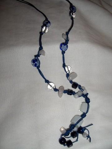 Colar em fio azul, com pedras de rio e difrentes contas