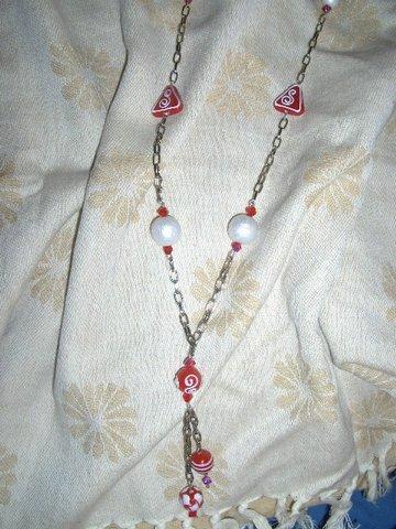 Colar elaborado con corrente pratiada e contas em vidro vermelhas y brancas