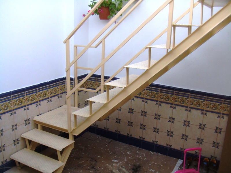 Carpinteria artesanal dise o y reciclaje escalera exterior for Escaleras para exteriores de madera