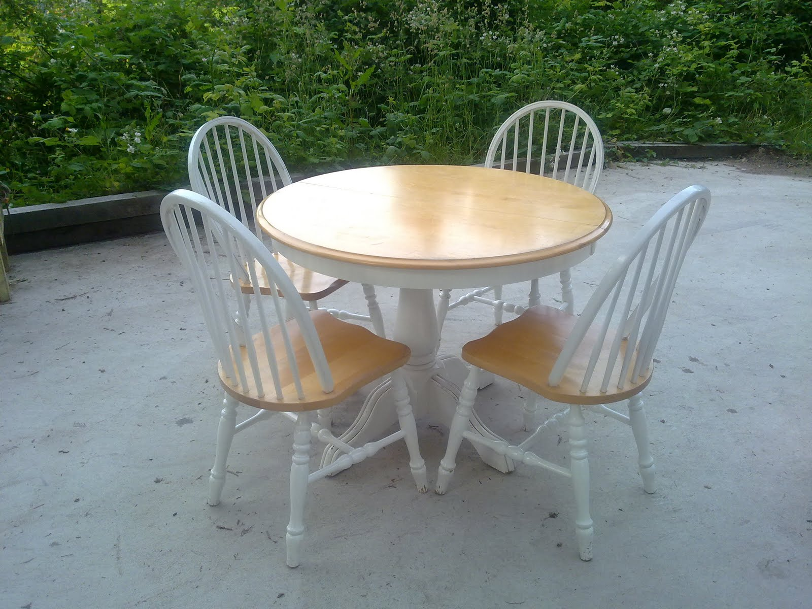 Shabby Chic Dining Table And 4 Chairs, A Classic Dining Set With Extra Leaf  And Comfortable Chairs $195