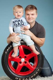 Isa ja poja portree autorehviga sinisel taustal. Fotostuudio  Fotopesa Tallinnas