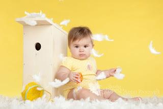 tüdruk kollasel taustal sulgedega