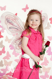 Tüdruk liblika taustal, tiibadega ja roosiga