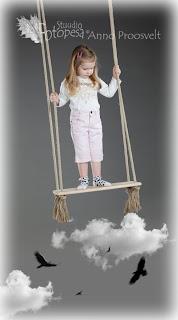 Tüdruk kiigel pealpool pilvi ja linde, fotostuudio Fotopesa
