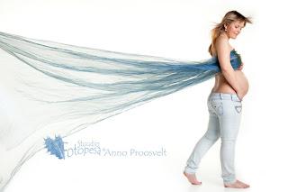 Valgel taustal sinise kangaga lapseootel foto- fotograaf Anno Proosvelt