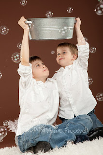 vennad pesukausi ja seebimullidega