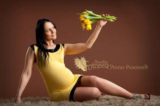 lapseootel naine, kollane kleit
