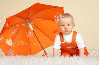 beebi ja oranž vihmavari