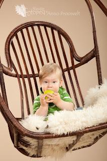 Fotostuudio  Fotopesa poiss rohelise õunaga