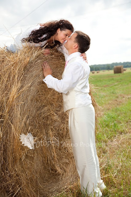 pruutpaar heinapõllul