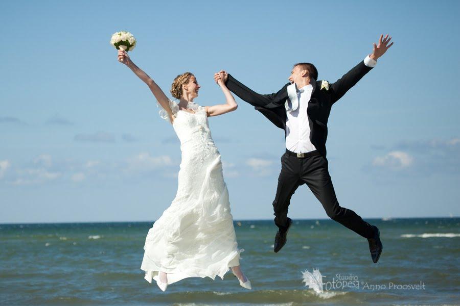 pulmafoto, pruutpaar hüppab